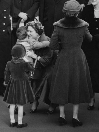 Фото №6 - Самые трогательные фотографии королевских бабушек и дедушек с внуками