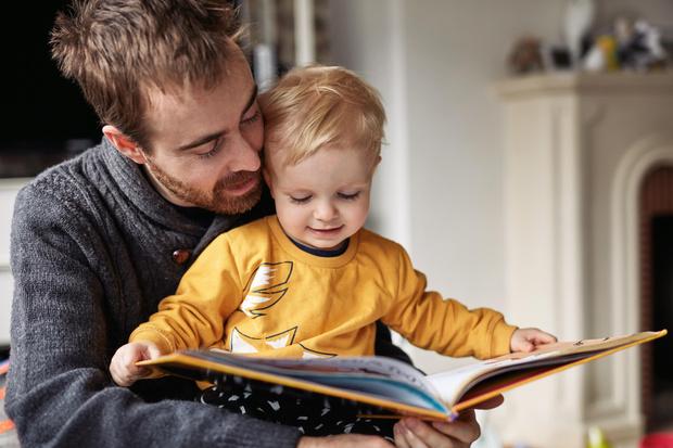 Отец с сыном, мужчина с мальчиком читают книгу фото