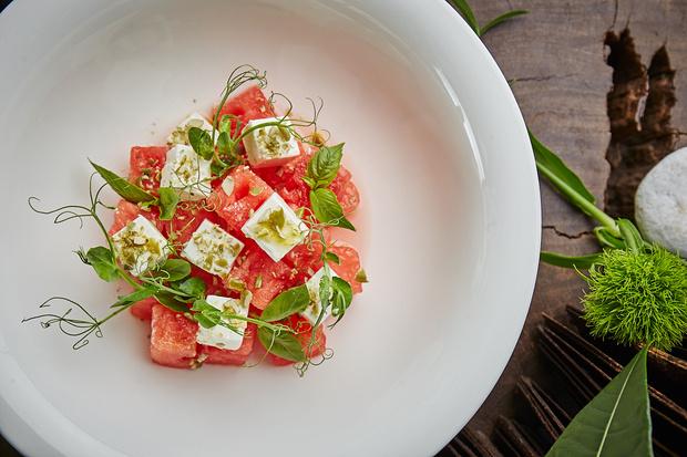 Фото №2 - Салат из арбуза и лучшая окрошка в городе: новое меню в ресторане Sixty
