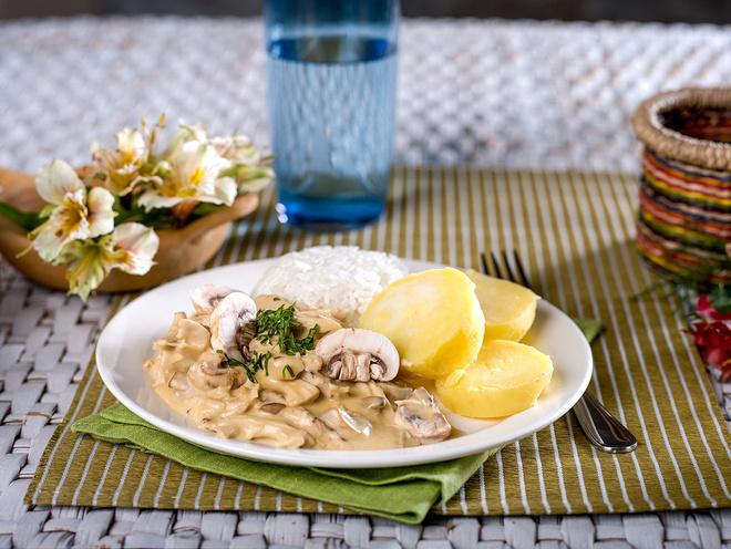 Филе куриное тушеное в сметане/сметанном соусе в мультиварке - простой и вкусный пошаговый рецепт