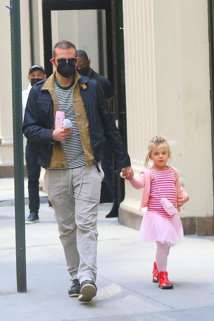 Фото №1 - По четвергам принцессы носят тельняшки: очень милая Лея Купер Шейк в компании звездного папы