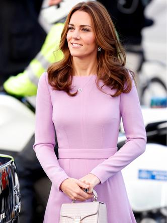 Фото №9 - Модный протокол: почему королевские особы носят сумки только в руках