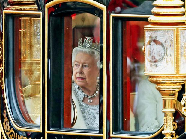 Фото №8 - 12 правил долгой и счастливой жизни от Елизаветы II