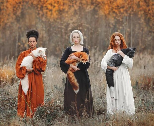 Фото №1 - Фотосессия московской фотохудожницы о дружбе красивых девушек и диких животных стала вирусной (галерея)