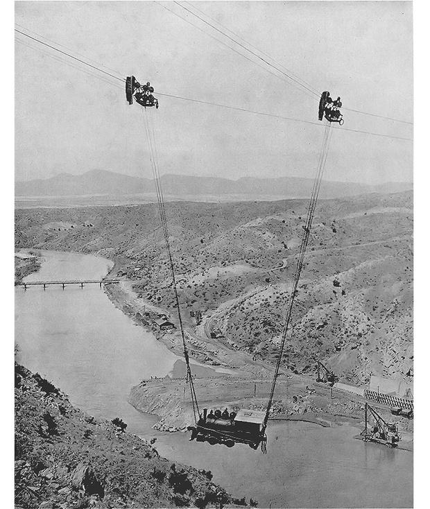 Фото №1 - История одной фотографии: переправа локомотива через каньон, 1915