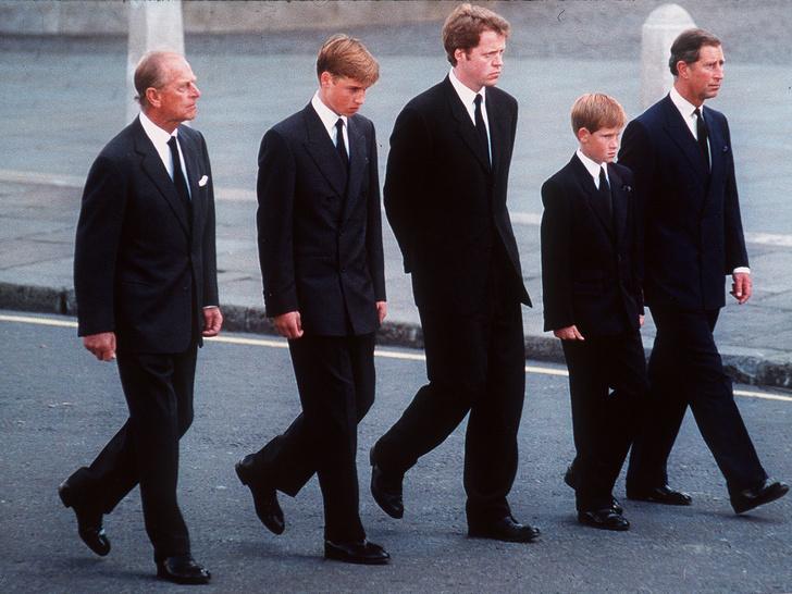Фото №3 - Крепкое плечо: как принц Филипп помог Королеве справиться с самым тяжелым кризисом монархии