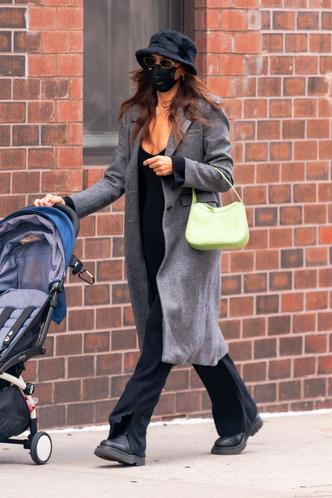 Фото №1 - Самая модная мама Нью-Йорка: Ирина Шейк на прогулке с дочкой