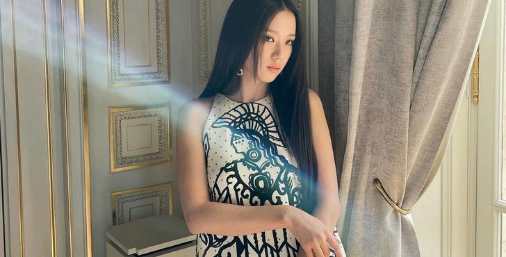 Фото №2 - BLACKPINK-лихорадка: как обезумели фанаты на показе Dior, чтобы увидеть Джису 😱