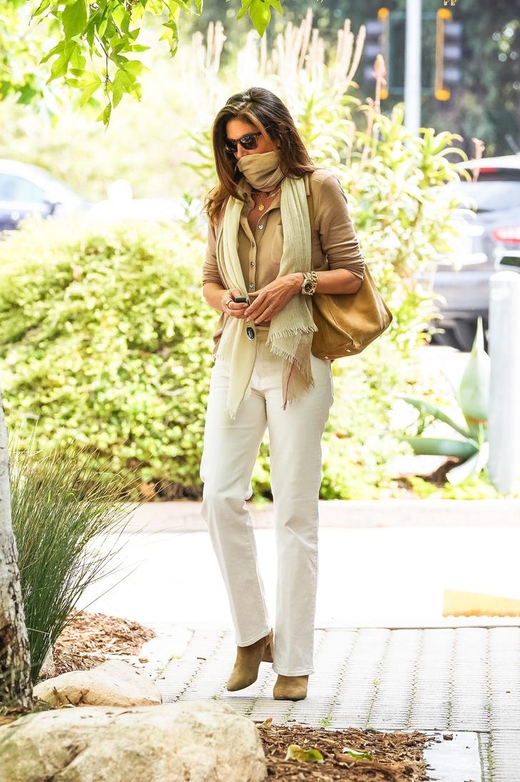Фото №2 - Как носить все бежевое и не выглядеть скучно? Мастер-класс от Синди Кроуфорд