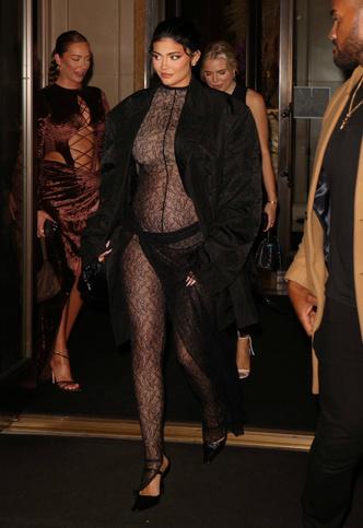 Фото №2 - Беременная Кайли Дженнер повторила «прозрачный» образ Ким Кардашьян: фото