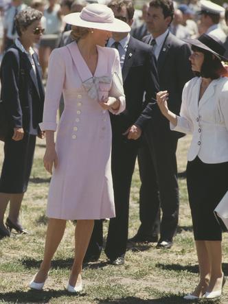 Фото №28 - От персикового до фуксии: как принцесса Диана носила розовый цвет (и почему он ей так шел)