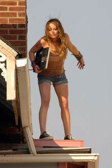 Фото №3 - Хиллари Дафф проказничает на крыше