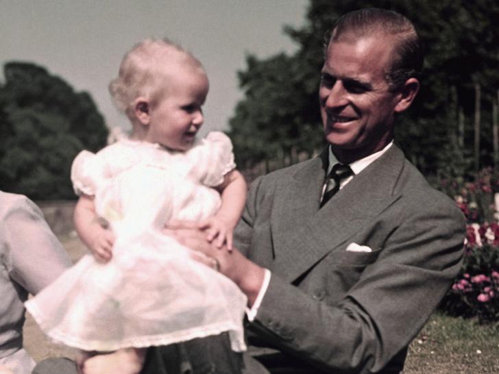 Фото №1 - Папина дочка: история самого милого фото принца Филиппа с маленькой Анной