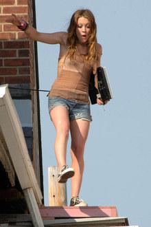 Фото №2 - Хиллари Дафф проказничает на крыше
