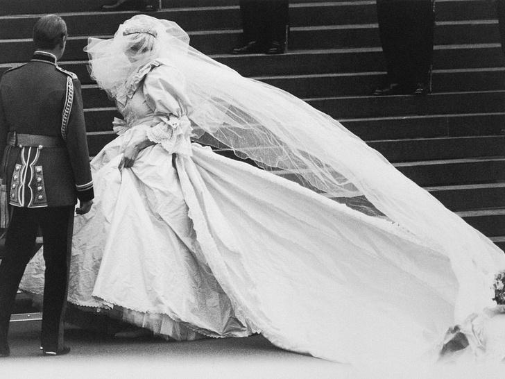 Фото №4 - Почему дизайнер свадебного платья Дианы была в ужасе от своего творения