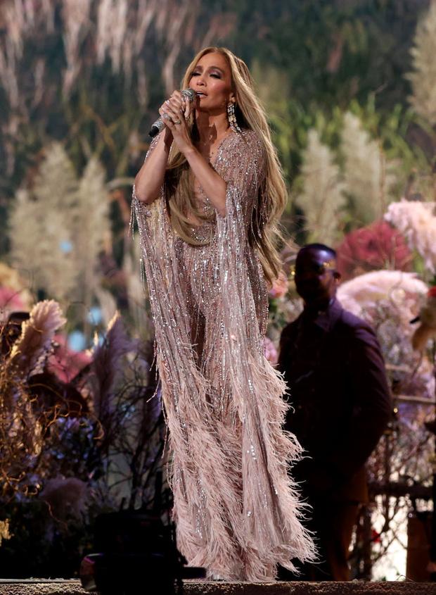 Фото №3 - Все-таки розовые перья— это очень красиво. И вдвойне— на Дженнифер Лопес