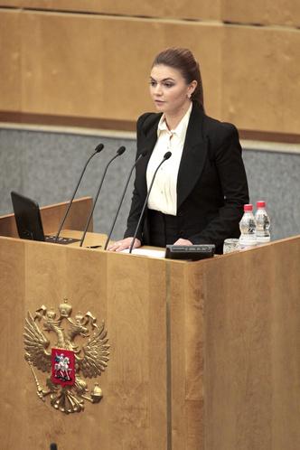 Фото №11 - Белые ботфорты, джинсы в стразах: как изменилась Алина Кабаева за последние 15 лет