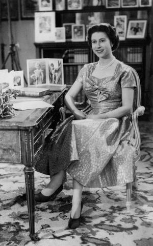 Фото №17 - От свадебных платьев до роскошных мехов: какие образы Виндзоров повторили в сериале «Корона»