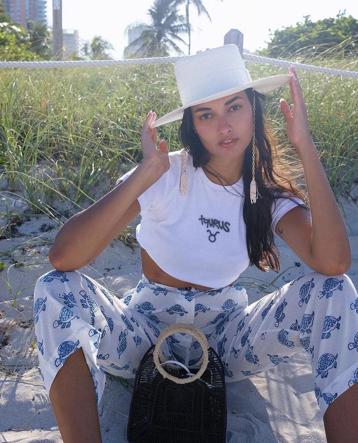 Фото №1 - Пижамные штаны— самая удобная и практичная вещь этого лета: бразильянка Жизель Оливейра показывает, с чем их носить