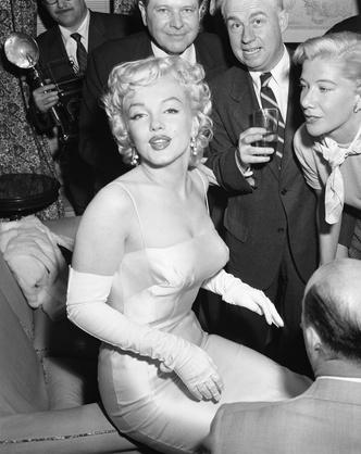 Фото №5 - Вооружены и опасны: почему бюстгальтеры-пули снова в моде и причем здесь Мадонна и Монро