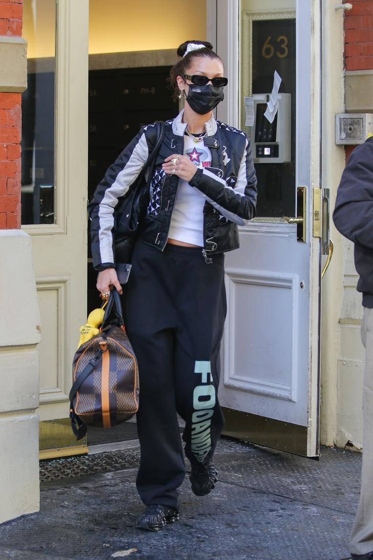 Фото №1 - Какую верхнюю одежду выбрать на весну? Белла Хадид голосует за мотоциклетную куртку!