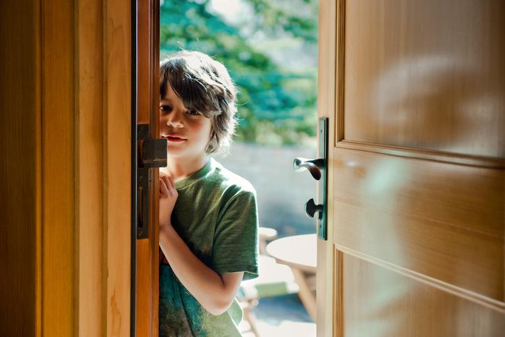 почему ребенок стесняется и что с этим делать