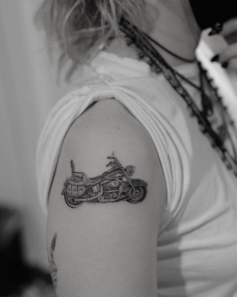 Фото №1 - Майли Сайрус набила татуировку в честь отца