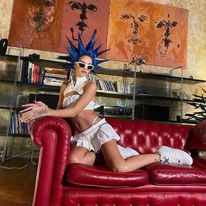 Фото №2 - Punk's not dead: Сита Абеллан с «шипами» на голове и в ультрамаленьком костюме