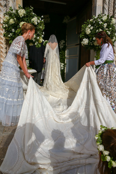 Фото №3 - 10-метровый шлейф несли четверо: принцесса Лихтенштейна вышла замуж в сказочном платье