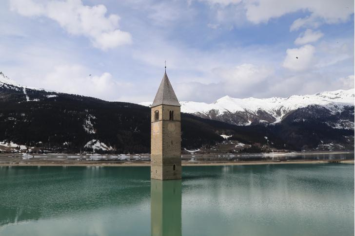 Фото №1 - В Италии из-под воды появилась затопленная деревня