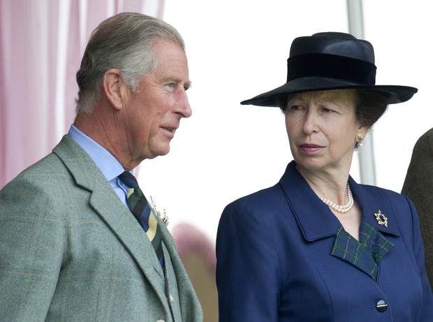 Фото №1 - Помощь брата: как принц Чарльз спас репутацию принцессы Анны от краха