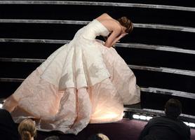 Дженнифер Лоуренс упала на Оскаре