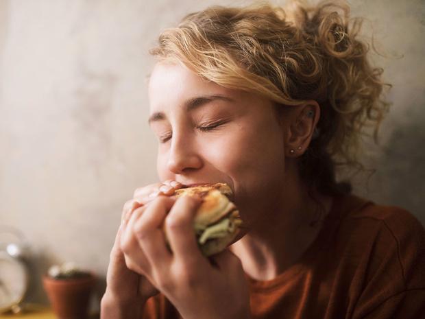 Фото №1 - Голодные игры: как не объедаться во время ПМС