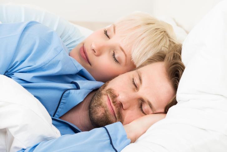 Фото №1 - Ученые объяснили, чем полезен сон в одной постели