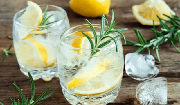 Фото №1 - Для домашней вечеринки: рецепт лимонного спритца с розмарином