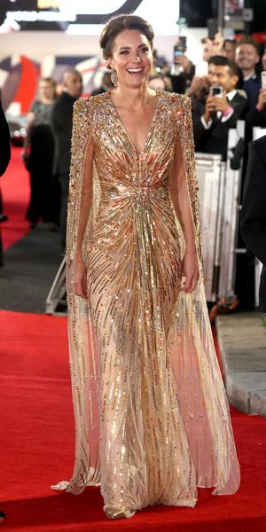 Фото №2 - Королевский выход: Кейт Миддлтон появилась на премьере фильма в «золотом» платье за 300 тыс руб