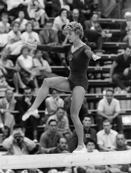 Фото №8 - Чемпионка на 4-м месяце беременности: история гимнастки Ларисы Латыниной, которая прыгнула выше головы