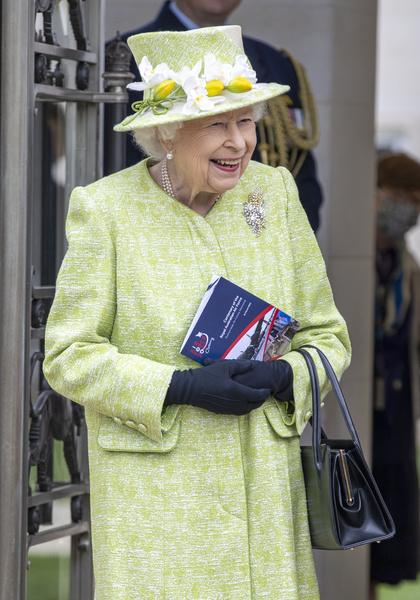Фото №1 - Желтые тюльпаны: королева Елизавета II совершила первый публичный выход в 2021 году