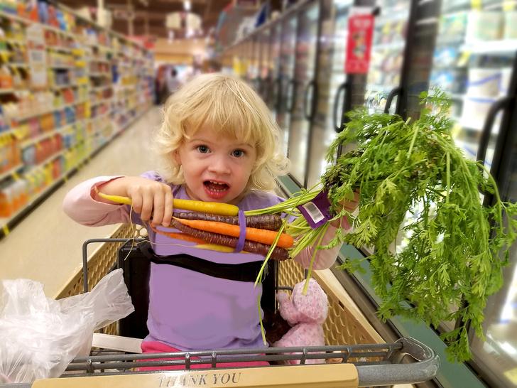 Фото №1 - Вечный спор: можно ли сажать детей в тележки в супермаркетах