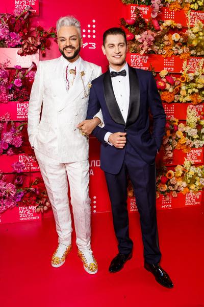Фото №8 - «Голая» Клава Кока, любвеобильный Филипп Киркоров и розовый Даня Милохин: самые яркие наряды звезд на «Премии Муз-ТВ»