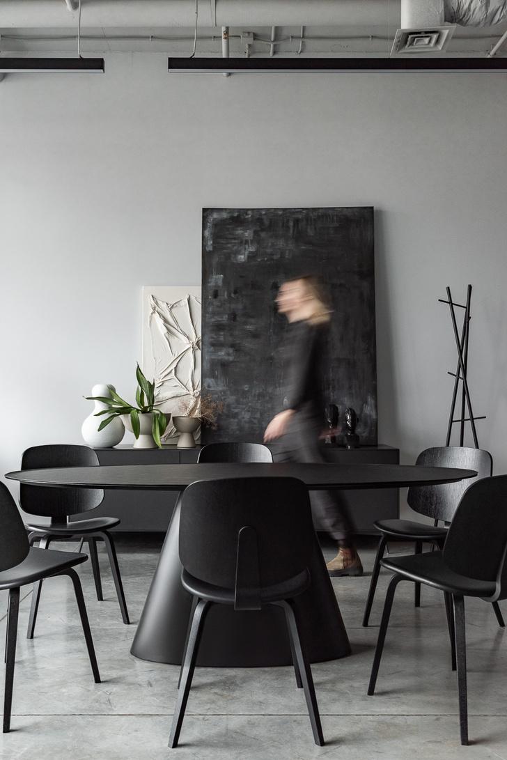 Фото №1 - Монохромный офис дизайн-бюро Simple interiors