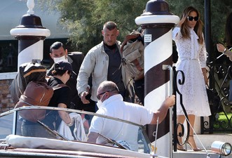 Фото №4 - Тили-тили-тесто: Аффлек и Лопес появились в Венеции в «свадебных» аутфитах