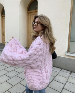 Фото №2 - Объемный шерстяной свитер, как у Матильды Джерф,— модная и удобная альтернатива верхней одежде