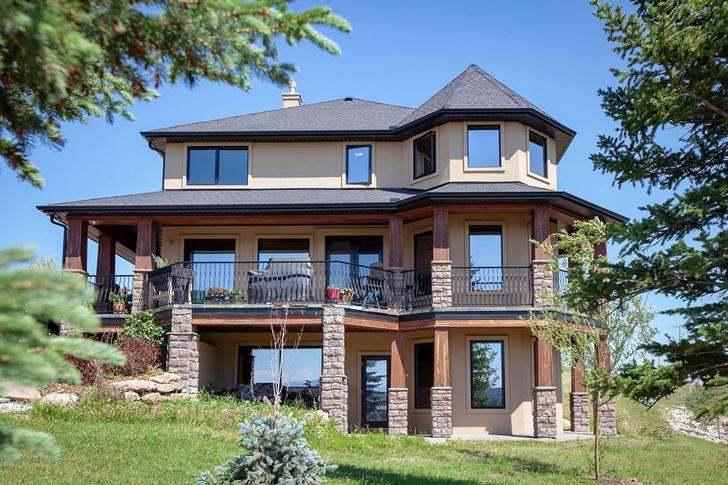 Фото №1 - Дом мечты: канадка продает трехэтажный особняк за сочинение