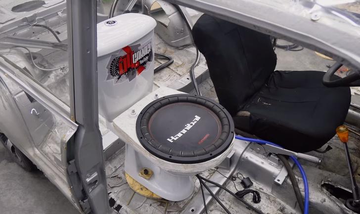 Фото №1 - Дикий тюнинг по-русски: мужики поставили сабвуфер из унитаза в автомобиль (видео)