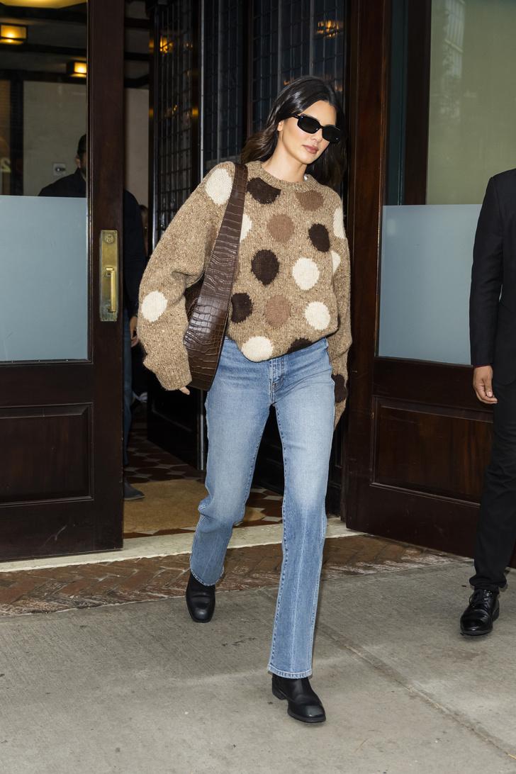 Фото №1 - Безупречные джинсы и очень милый свитер: осенний образ Кендалл Дженнер