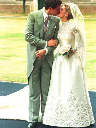 Фото №24 - Платья-близнецы: 15 слишком похожих свадебных нарядов королевских особ