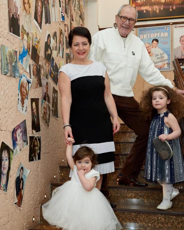 Фото №1 - 81-летний Виторган показал двух маленьких красавиц-дочек