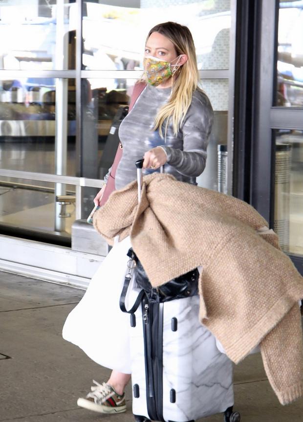 Фото №1 - Платье тай-дай и кеды: беременная Хилари Дафф в аэропорту Лос-Анджелеса