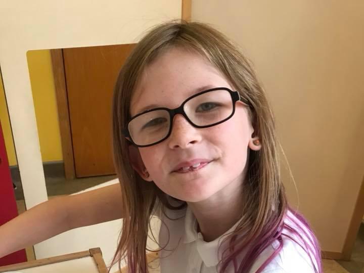 Из-за редкой генетической аномалии 10-летняя девочка не чувствует боли, не ест и не спит
